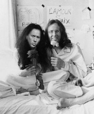 ニコラスがジョン・レノンとオ・ヨーコしてる画像ください