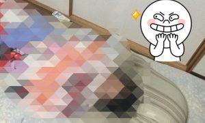 【画像あり】ある少女が寝ながらスマホを見れる画期的な方法を思いついた!その方法が斬新すぎてヤバいwww